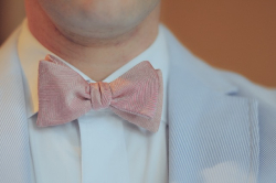 Photo pink bow tie with blue jacket close up