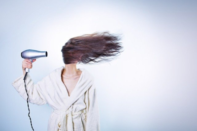 Photo funny of woman with hair dryer-586185_640